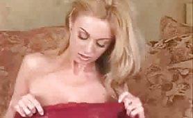 Alla bionda sexy piace farlo da sola
