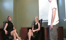 Due segretarie bionde sottomettono il loro capo