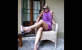 Maiala italiana accavalla le gambe e fa vedere la figa